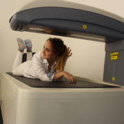 Eine Frau liegt auf der DXA in der Orthopädie am St. Lambertiplatz in Lüneburg.