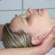 Eine Patientin bei der craniosakralen Osteopathie in der Orthopädie am St. Lambertiplatz in Lüneburg.