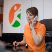 Frau Bethke im Telefongespräch in der Praxis Orthopädie am St. Lambertiplatz in Lüneburg.