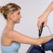Foto einer SpineLiner-Therapie am Ellenbogen.