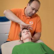 Dr. Bethke bei der osteopathischen Behandlung in der Praxis Orthopädie am St. Lambertiplatz in Lüneburg.