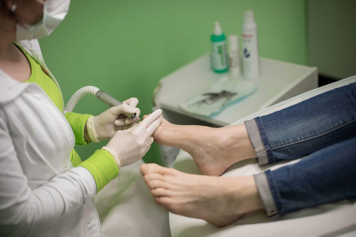 Frau Grabert bei der Fußpflege in der Praxis Orthopädie am St. Lambertiplatz in Lüneburg.